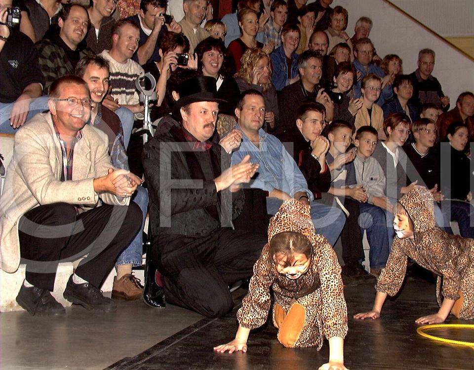 Fotografie Uijlenbroek©1999/michiel van de velde.991125 beerze ned.circus voorstelling in de beerze bulten.links de heer hans huizinga
