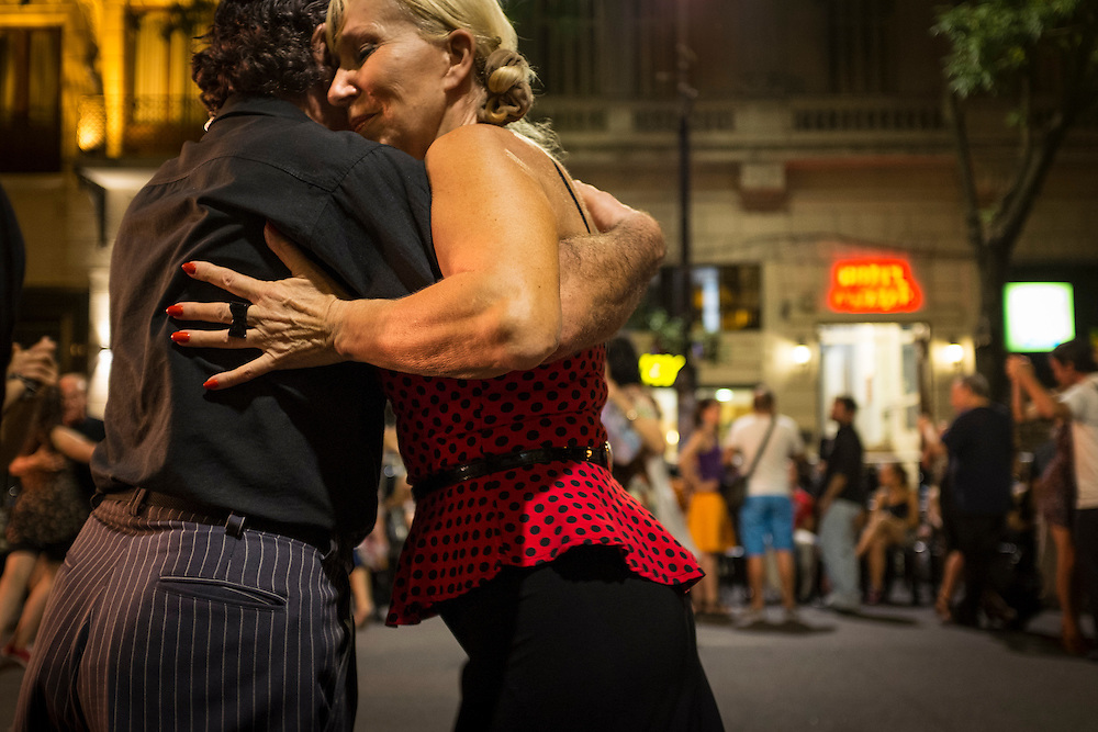 La Grande Milonga National : Chaque année au début de décembre, le centre-ville de Buenos Aires se transforme en gigantesque piste de danse sur l'Avenue de Mayo de la rue Peru à l'avenue 9 de Julio.