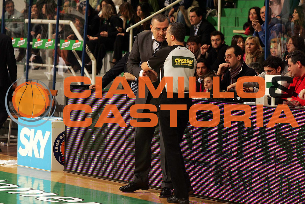 DESCRIZIONE : Siena Lega A1 2005-06 Montepaschi Siena Climamio Fortitudo Bologna <br /> GIOCATORE : Repesa Arbitro <br /> SQUADRA : Climamio Fortitudo Bologna <br /> EVENTO : Campionato Lega A1 2005-2006 <br /> GARA : Montepaschi Siena Climamio Fortitudo Bologna <br /> DATA : 08/01/2006 <br /> CATEGORIA : <br /> SPORT : Pallacanestro <br /> AUTORE : Agenzia Ciamillo-Castoria/P.Lazzeroni