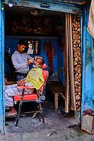 Inde, Delhi, quartier de Chawri Bazar, coiffeur, barbier // India, Delhi, New Delhi, Chawri Bazar district, hairdresser, barber
