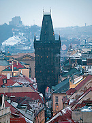 Blick vom Turm des Altstaedter Rathaus auf das Prager Stadtpanorama und die Celetna Straße welche im Vordergrund beginnt und am Pulverturm (im Hintergrund) ended.  <br /> <br /> View from Old Town City Hall at Old Town Square to Celetna Street and the Powder Tower (Prasna brana) in the city center of Prague.