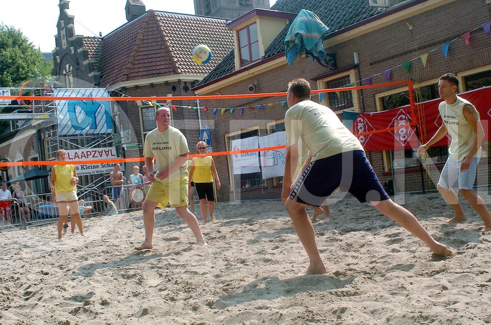 060721, wijhe, ned,<br /> Beachvolleybal in winkelstraat,<br /> fotografie frank uijlenbroek&copy;2006 michiel van de velde