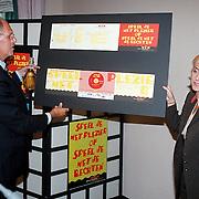 Presentatie VIE Nieuwspoort, minister Hans Dijkstal en Berdien Stenberg met de antwoordkaart