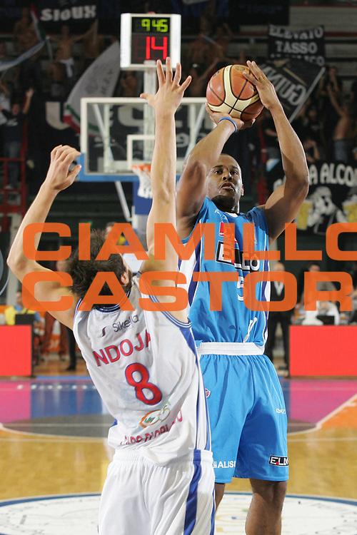 DESCRIZIONE : Napoli Lega A1 2007-2008 Eldo Napoli Pierrel Capo d'Orlando<br /> GIOCATORE : Jamel Thomas<br /> SQUADRA : Eldo Napoli<br /> EVENTO : Campionato Lega A1 2007-2008 <br /> GARA : Eldo Napoli Pierrel Capo d'Orlando<br /> DATA : 07/10/2007<br /> CATEGORIA : Tiro<br /> SPORT : Pallacanestro <br /> AUTORE : Agenzia Ciamillo-Castoria/A.De Lise <br /> Galleria : Lega Basket A1 2007-2008<br /> Fotonotizia : Napoli Campionato Italiano Lega A1 2007-2008 Eldo Napoli Pierrel Capo d'Orlando <br /> Predefinita :