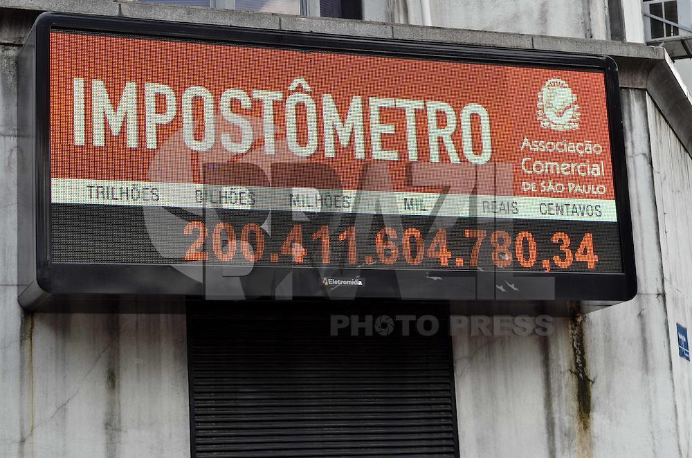 SAO PAULO, 12 DE FEVEREIRO DE 2013. - IMPOSTOMETRO - Impostometro localizado na rua Boa vista, regiao central da capital, registra 200 bilhoes arrecadados na tarde desta quinta feira, 14. (FOTO: ALEXANDRE MOREIRA / BRAZIL PHOTO PRESS).