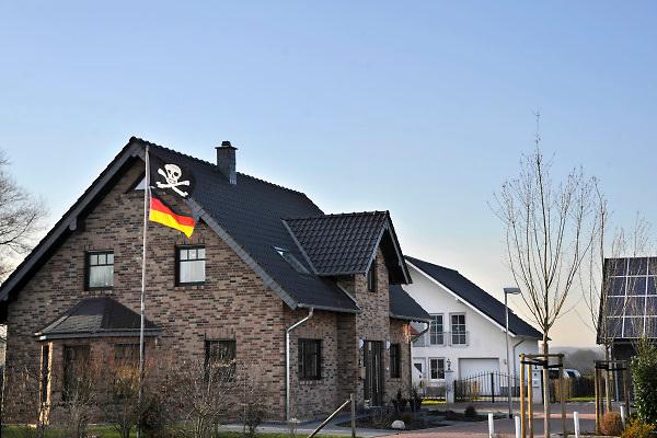 Duitsland, Kranenburg, 9-2-2011In de nieuwbouw wijk Richter Gut in het stadje Kranenburg, op 10 km van Nijmegen, wonen 80 % Nederlanders. Er staan enkele honderden nieuwe huizen. Nederlandse makelaars zijn aktief in deze markt. Duitsers klagen over de gebrekkige integratie, deelname aan het maatschappelijke en sociale leven, van de Hollanders. De meeste kinderen gaan in Nederland naar school. Verschillende Hollanders hebben hun huis alweer verkocht, of proberen het te verkopen, en zijn teruggegaan. Ook vinden er nogal wat echtscheidingen plaats. Bouwkavel en het bouwen van een huis zijn goedkoper als in Nederland. Wonen in Duitsland. Foto: Flip Franssen/Hollandse Hoogte