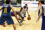 DESCRIZIONE : Desio Eurolega 2011-12 Bennet Cantu Barcelona FC Regal<br /> GIOCATORE : Doron Perkins<br /> CATEGORIA : Palleggio Sequenza<br /> SQUADRA : Bennet Cantu<br /> EVENTO : Eurolega 2011-2012<br /> GARA : Bennet Cantu Barcelona FC Regal<br /> DATA : 23/02/2012<br /> SPORT : Pallacanestro <br /> AUTORE : Agenzia Ciamillo-Castoria/G.Cottini<br /> Galleria : Eurolega 2011-2012<br /> Fotonotizia : Desio Eurolega 2011-12 Bennet Cantu Barcelona FC Regal<br /> Predefinita :