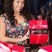 NLD/Amsterdam/20160321 - The Strong Woman Award 2016, Hind Larussi krijgt doos van Rituals