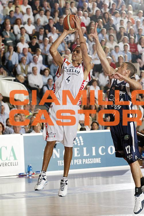 DESCRIZIONE : Biella Lega A1 2005-06 Play Off Quarti Finale Gara 2 Angelico Biella Climamio Fortitudo Bologna <br /> GIOCATORE : Sefolosha<br /> SQUADRA : Angelico Biella<br /> EVENTO : Campionato Lega A1 2005-2006 Play Off Quarti Finale Gara 2 <br /> GARA : Angelico Biella Climamio Fortitudo Bologna <br /> DATA : 21/05/2006 <br /> CATEGORIA : Tiro<br /> SPORT : Pallacanestro <br /> AUTORE : Agenzia Ciamillo-Castoria/G.Cottini<br /> Galleria : Lega Basket A1 2005-2006 <br /> Fotonotizia : Biella Campionato Italiano Lega A1 2005-2006 Play Off Quarti Finale Gara 2 Angelico Biella Climamio Fortitudo Bologna <br /> Predefinita :