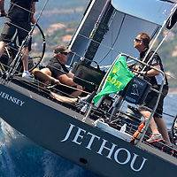 GIRAGLIA ROLEX CUP 2016 Le Jethou est un yacht ultramoderne de l&rsquo;IRC Racing Yaght construit par Green Marine &agrave; Lymington. Il est nomm&eacute; d'apr&egrave;s les &icirc;les anglo-normandes situ&eacute;es &agrave; c&ocirc;t&eacute; de la c&ocirc;te Est de Huernsey. Ce Judel Vrolijk est un yacht de 62 pieds qui dispose d&rsquo;&eacute;quipement enti&egrave;rement optimis&eacute; et d&rsquo;une coque en fibre de carbone l&eacute;g&egrave;re. Il a &eacute;t&eacute; con&ccedil;u exclusivement pour la vitesse.Le Jethou, appartenant et pilot&eacute; par Sir Peter Ogden, a d&eacute;j&agrave; montr&eacute; de tr&egrave;s bons r&eacute;sultats dans le circuit m&eacute;diterran&eacute;en.<br /> <br /> L'&eacute;quipage exp&eacute;riment&eacute;, avec notamment Brad Butterworth, Stuart Branson et Ian Budgen, a r&eacute;ussi &agrave; faire de tr&egrave;s bonnes places dans de c&eacute;l&egrave;bres r&eacute;gates telles que la Palma Vela, la Copa del Rey, les Voiles de Saint-Tropez, le Championnat du Monde Rolex Maxi et le Giraglia Rolex Cup.