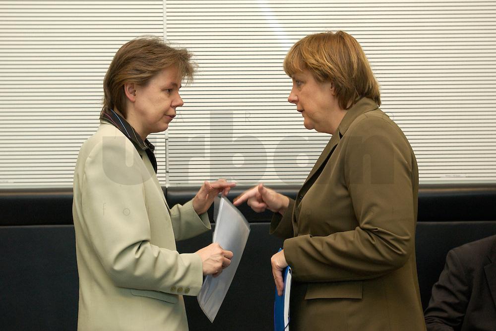 27 APR 2004, BERLIN/GERMANY:<br /> Beate Baumann (L), Bueroleiterin von Angela Merkel, und Angela Merkel (R), CDU Bundesvorsitzende, im Gespraech, vor Beginn der CDU/CSU Fraktionssitzung, Deutscher Bundestag<br /> IMAGE: 20040427-03-003<br /> KEYWORDS: Sitzung, B&uuml;roleiterin, pers&ouml;nliche Referentin, persoenliche Referentin