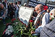 Posa della nuova lapide dedicata a Giuseppe Pinelli, anarchico, da parte del Ponte della Ghisolfa e realizzata da Rimaflow, Milano Piazza Fontana. A new tombstone of Giuseppe Pinelli anarchist, in Fontana square Milan