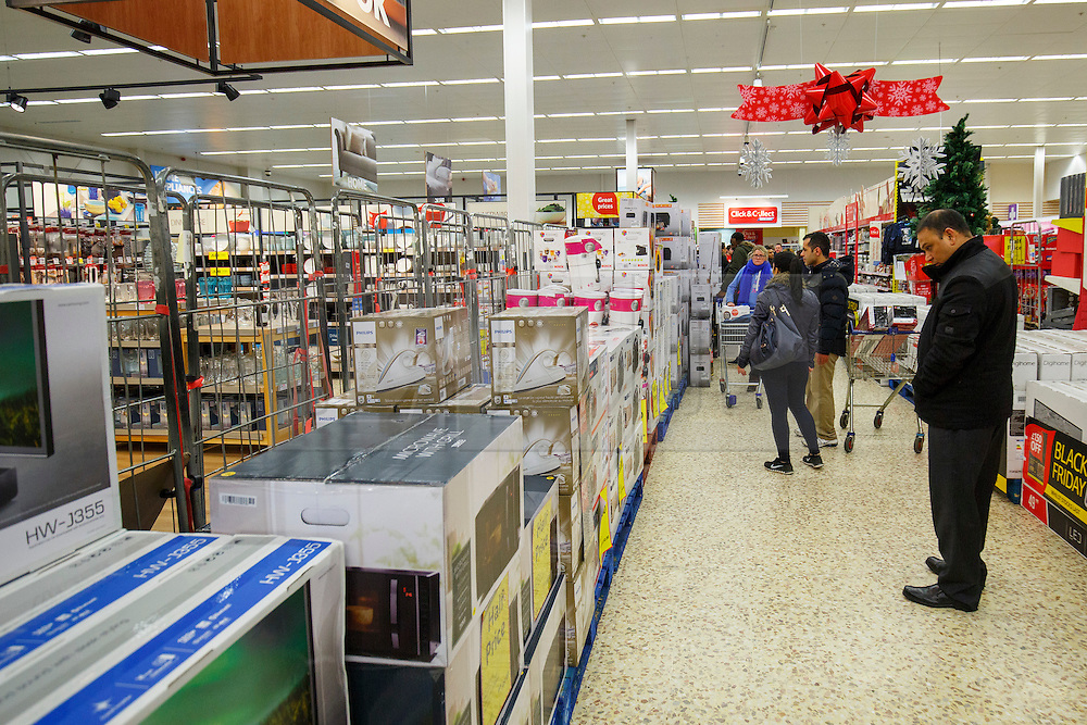 © Licensed to London News Pictures. 26/11/2015. London, UK. Black Friday shoppers buying reduced items in a Tesco Extra store in Edmonton, north London on Friday, 27 November 2015. Photo credit: Tolga Akmen/LNP