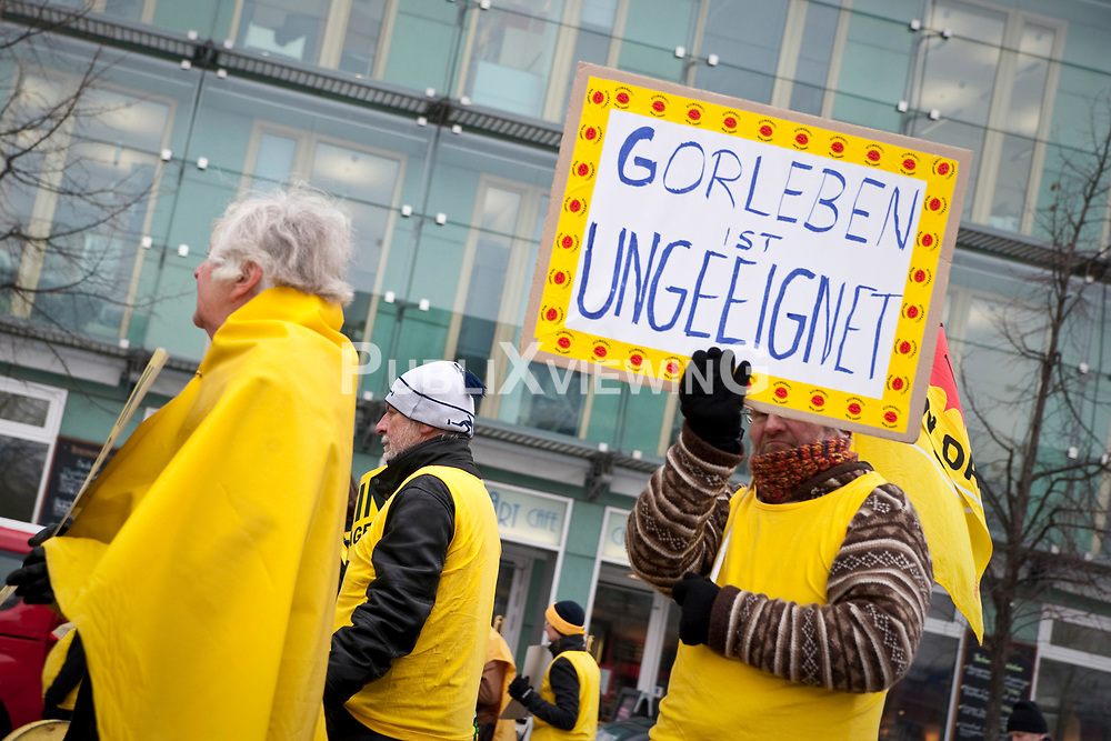 Passanten und Touristen staunten nicht schlecht: Direkt vor dem Brandenburger Tor in Berlin entstand am 9. Februar 2012 ein gro&szlig;es gelbes X. Rund 150 Menschen formten das Symbol des Widerstands gegen ein Atomm&uuml;ll-Endlager in Gorleben. Anschlie&szlig;end zogen sie mit dutzenden Atomm&uuml;llf&auml;ssern vor das Umweltministerium - dort tagten die Bundesl&auml;nder und Umweltminister R&ouml;ttgen, um &uuml;ber die Endlagersuche zu beraten. <br /> <br /> Ort: Berlin<br /> Copyright: Christina Palitzsch<br /> Quelle: PubliXviewinG