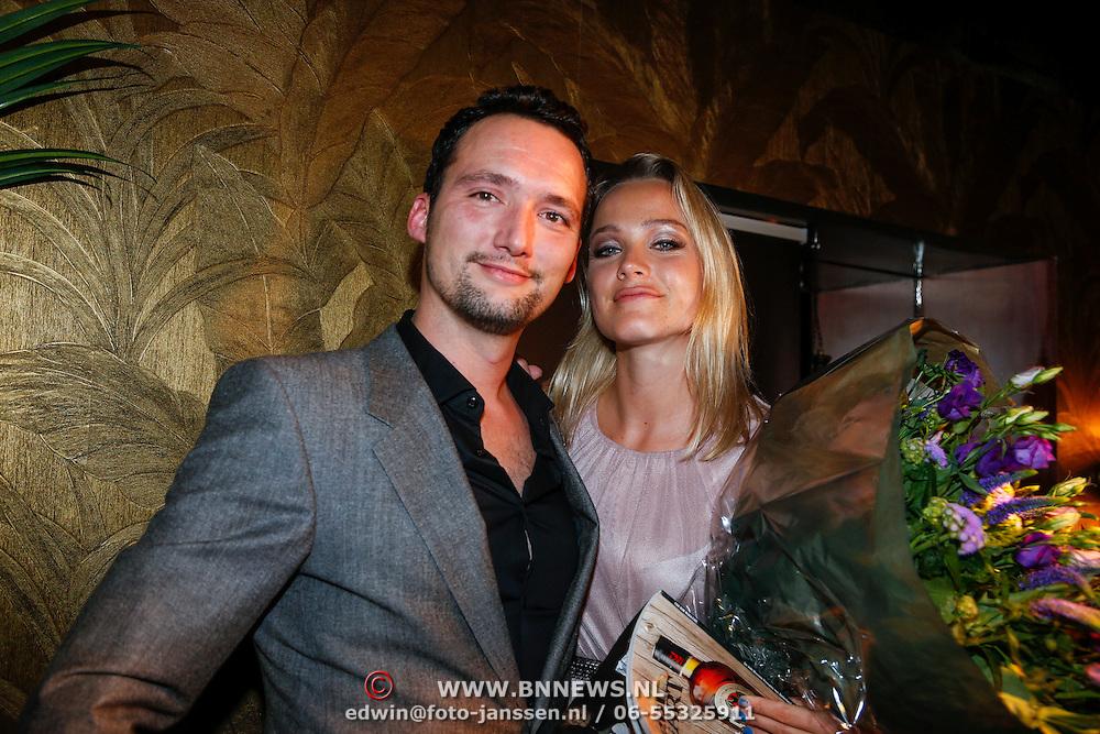 NLD/Amsterdam/20121126 - Bekendmaking FHM 500 Mooiste Meisjes 2012, Tess Milne met hoofdredacteur Sander Kersten