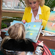 NLD/Amsterdam/20200220 - Bn'ers bij  aftrap campagne Lees voort!, Karin Bloemen deelt voorleesboeken uit