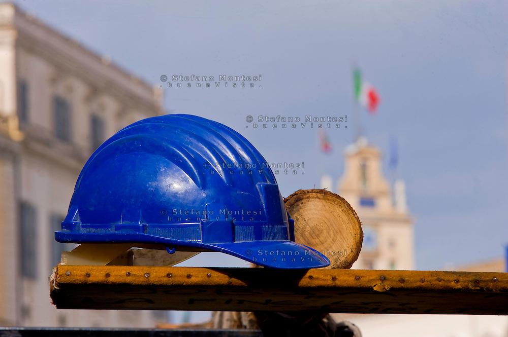 Roma, 4 Febbraio  2015<br /> Un gruppo di operai licenziati della  fabbrica di automobili Fca di Pomigliano d&rsquo;Arco, &egrave; andato  al Quirinale per consegnare una lettera al Presidente della Repubblica Mattarella, per denunciare la violazione dei  diritti dei lavoratori con il Jobs act. Il caschetto di un operaio con lo sfondo del Quirinale<br /> Rome, February 4, 2015<br /> A group of workers laid off in the car factory Fca Pomigliano d'Arco, went to the Quirinale Palace to deliver a letter to the President of the Republic Mattarella, to denounce the violation of workers' rights with the Jobs Act. The helmet of a worker with the background of the Quirinale Palace.