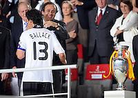 FUSSBALL EUROPAMEISTERSCHAFT 2008  Deutschland 0-1  Spanien    29.06.2008 Enttaeuschung GER, Michael Ballack (li) mit UEFA Praesident Michel Platini (FRA)  und EURO Pokal, Coupe Henri Delaunay