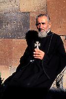 Armenie, Monastere de Khorvirap, moine avec une croix // Armenia, Khorvirap monastery, monk with cross
