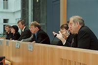 """24 OCT 2000, BERLIN/GERMANY:<br /> Dr. Eckhardt Wohlers, HWWA, Dr. Elke Schaefer-Jaeckel, RWI, Prof. Dr. Joachim Scheide, IfW, Dr. Willi Leibfritz, ifo, Gustav-Adolf Horn, DIW, Dr. Silke Tober, IWH, Daniel Goffart, Leitung BPK, Dr. Udo Ludwig, IWH, (v.L.n.R), Pressekonferenz zur Veroeffentlichung des Gutachtens """"Die Lage der Weltwirtschaft und der deutschen Wirtschaft im Herbst 2000"""", Bundespressekonferenz<br /> IMAGE: 20001024-01/01-33<br /> KEYWORDS: Wirtschaftsweise"""