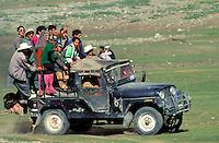 Pakistan - Le Polo des Rois - Tournoi de Polo le plus haut du monde au col de Shandur à 3800 m d'altitude entre les anciens royaumes de Chitral et de Gilgit - Le public arrive après un long parcour en jeep // Pakistan, Khyber Pakhtunkhwa, polo tournament at Shandur Pass at an altitude of 3800 m between Chitral and Gilgit team