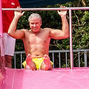 20150626 Dries Roelvink gele zwembroek