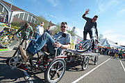 De gebroeders Vrielink van Flevobike voeren een kunstje uit met een speciale bakfiets op het NK Slowbiking. In Nijmegen vindt voor de vierde keer het internationale bakfietstreffen aan. Tijdens het tweedaags evenement wisselen bedrijven en bakfietsers ervaringen uit. Bakfietsen worden in heel Europa steeds vaker ingezet, zowel door particulieren als bedrijven. Het is een duurzame vorm van transport en biedt veel voordelen.<br /> <br /> In Nijmegen for the third time the International Cargo Bike Festival is hold. The two-day event focuses on the use and users of cargobikes. Cargo bikes are increasingly being deployed across Europe, both individuals and businesses. It is a sustainable form of transport and offers many advantages.