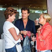 NLD/Amsterdam/20140613 - Leco van Zadelhoff organiseert samen met Beau Monde Beau Bateau een vaartocht met vriendinnen, Sylvana Simons en Yvonne Baggen in gesprek met Leco