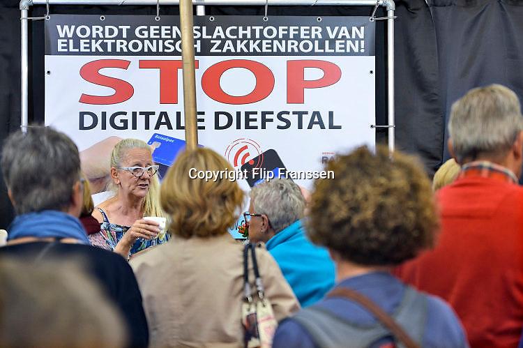 Nederland, Utrecht, 21-9-2017 Ouderen, senioren, bij een stand waar een bedrijf advies geeft over digtale diefstal. Elektronisch zakkenrollen.Foto: Flip Franssen