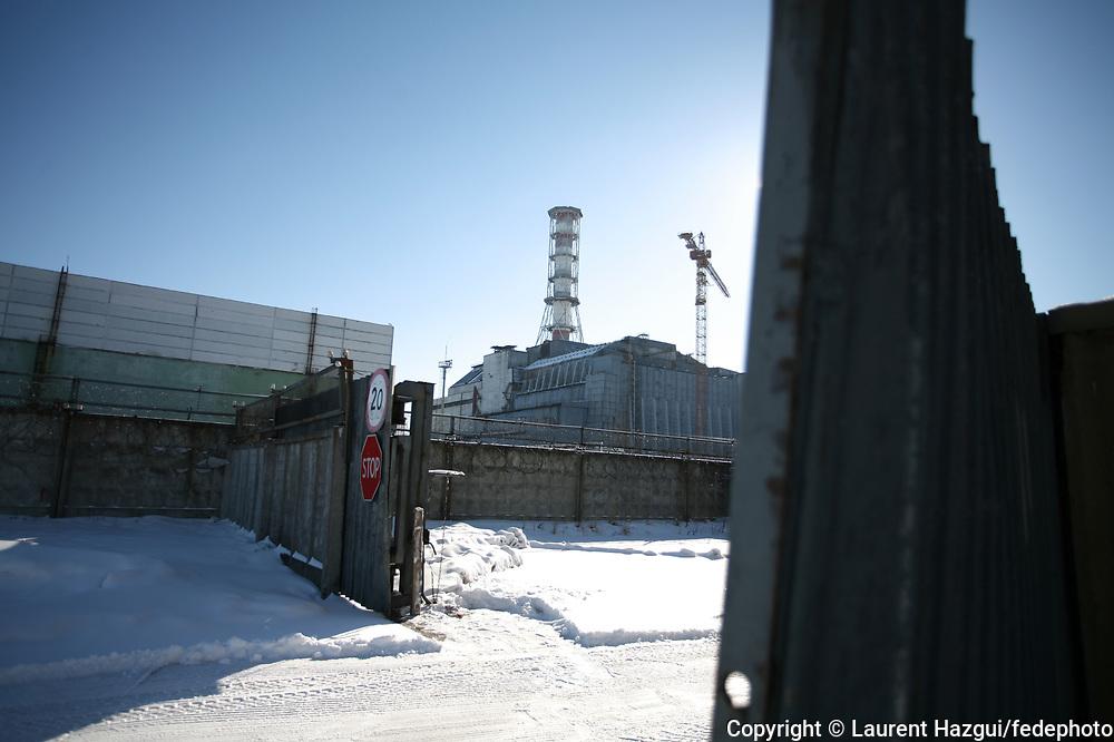 Reportage réalisé au printemps 2006 dans le cadre du 20ème anniversaire de la catastrophe de Tchernobyl (Ukraine) le 26 avril 1986. Les conséquences de la catastrophe se lisent au travers des témoignages de 8 femmes impliquées, chacune à leur façon, dans les séquelles actuelles de l'explosion du réacteur n°4 de la centrale de Tchernobyl. Texte de la journaliste Emmanuelle Piriot + Synopsis complet sur http://laurenthazgui.blogspot.com Contact : Laurent Hazgui 06 19 90 54 56
