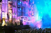 Nederland, Nijmegen, 20-5-2006..Op het recreatieterrein de Berendonck bij Nijmegen speelde zich zaterdag tussen 14.00 en 12.00 uur het Dance festival Emporium af. Door wind en regen zien de 20.000 jonge bezoekers het terrein al snel veranderen in een modderpoel. Verspreid over twee openluchtpodia en drie grote tenten weten tientallen dj's de bezoekers te vermaken. Het slechte weer zorgde echter toch voor een andere sfeer als de organisatoren gehoopt hadden..Foto: Flip Franssen