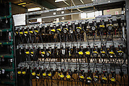Il bancone delle lampade per i caschi. Ogni minatore possiede due medaglie che consegna prima di entrare in miniera. In cambio gli vengono affidati un respiratore d'emergenza ed una lampada