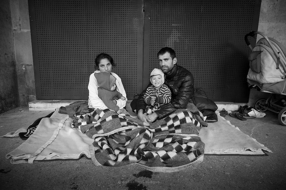 Paris - Place des Vosges - Juin 2012 - Nela et Dan portent leurs enfants Adrei et Alesandu. Cette Jeune famille d'origine Rom est en France depuis un mois. Il dorment sous les arcades. Leur fils Adrei (dans les bras de Nela) aura un an ce dimanche 10 juin. Un peu plus tard dans la matinée, la Police est intervenue pour les faire déplacer.