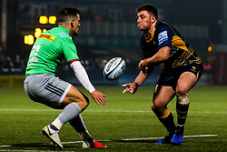 Duncan Weir of Worcester Warriors takes on Danny Care of Harlequins - Mandatory by-line: Robbie Stephenson/JMP - 23/11/2018 - RUGBY - Sixways Stadium - Worcester, England - Worcester Warriors v Harlequins - Gallagher Premiership Rugby