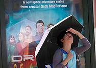 8月29日,在美国加利福尼亚州洛杉矶,一名女子顶着雨伞遮挡阳光。当日,由于南加州迎来一股热浪,洛杉矶地区的气温高于正常水平18度,许多地区气温将直逼100℉以上。破纪录高的气温将持续至周末,加州能源部敦促民众要自发节省用电。新华社发 (赵汉荣摄)<br /> A woman holds an umbrella to shield herself from the sun as she waiting for a bus on Tuesday, August 29, 2017, in Los Angeles, the United States.  Record-breaking heat will persist across Southern California Tuesday, with Los Angeles County temperatures up to 18 degrees above normal, and forecasters issued a heat advisory for the Los Angeles County coast. California energy authorities urged voluntary conservation of electricity Tuesday as a wave of triple-digit heat strained the state's power grid. (Xinhua/Zhao Hanrong)(Photo by Ringo Chiu)<br /> <br /> Usage Notes: This content is intended for editorial use only. For other uses, additional clearances may be required.