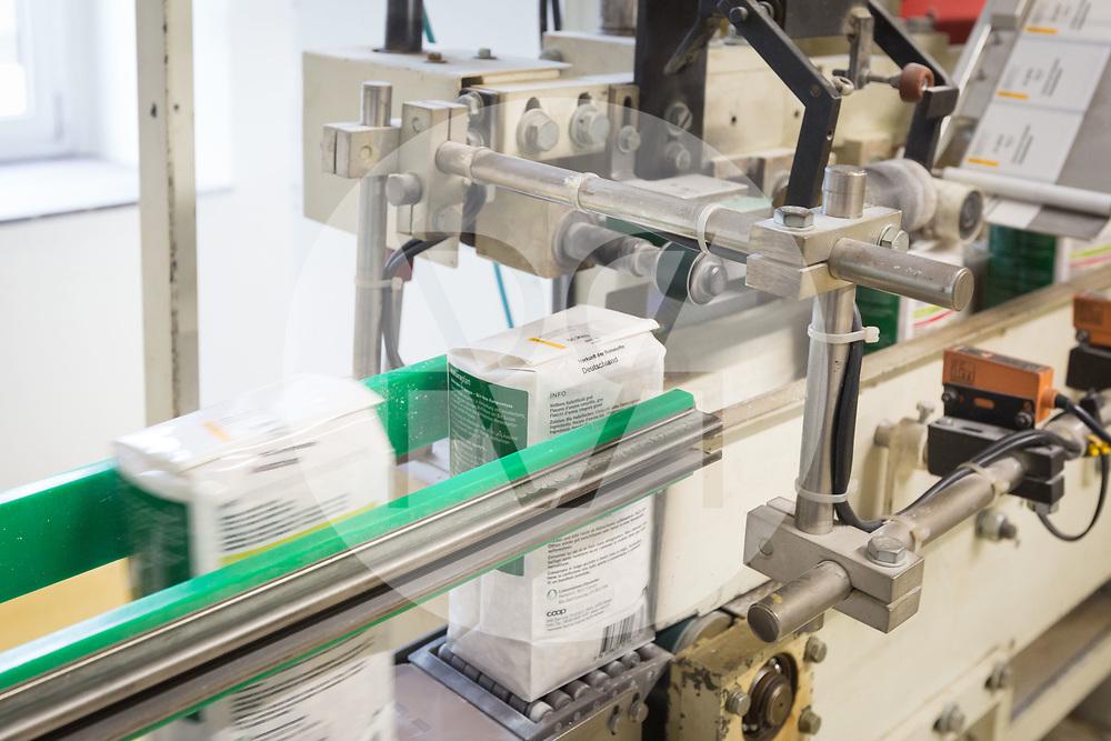 SCHWEIZ - ZÜRICH - Bio Haferflocken werden Etikettiert in der Getreidemühle Swissmill im Kornhaus - 26. Januar 2018 © Raphael Hünerfauth - http://huenerfauth.ch