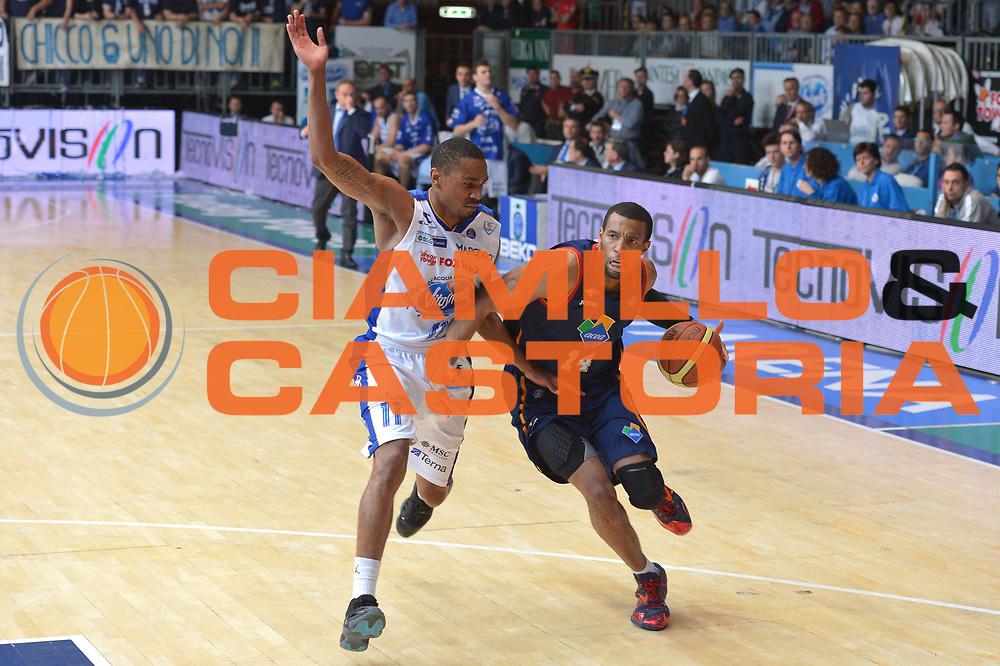 DESCRIZIONE : Cant&ugrave; Lega A 2013-14  Acqua Vitasnella Cant&ugrave; vs  Acea Roma  playoff quarti di finale gara 2<br /> GIOCATORE : Hosley Quinton<br /> CATEGORIA : Palleggio<br /> SQUADRA : Acea Virtus Roma<br /> EVENTO : Quarti di finale gara 2 playoff<br /> GARA : Acqua Vitasnella Cant&ugrave; vs  Acea Roma playoff quarti di finale gara 2<br /> DATA : 22/05/2014<br /> SPORT : Pallacanestro <br /> AUTORE : Agenzia Ciamillo-Castoria/I.Mancini<br /> Galleria : Lega Basket A 2013-2014  <br /> Fotonotizia : Cant&ugrave;<br /> Lega A 2013-14 Acqua Vitasnella Cant&ugrave; vs  Acea Roma<br /> playoff quarti di finale gara 2<br /> Predefinita :