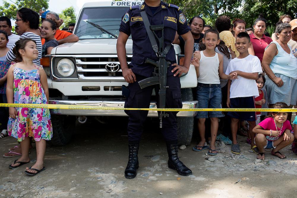 San Pedro Sula, Honduras<br /> <br /> Nyfikna ser p&aring; n&auml;r polisen unders&ouml;ker en mordplats.<br /> <br /> <br /> Photo: Niclas Hammarstr&ouml;m