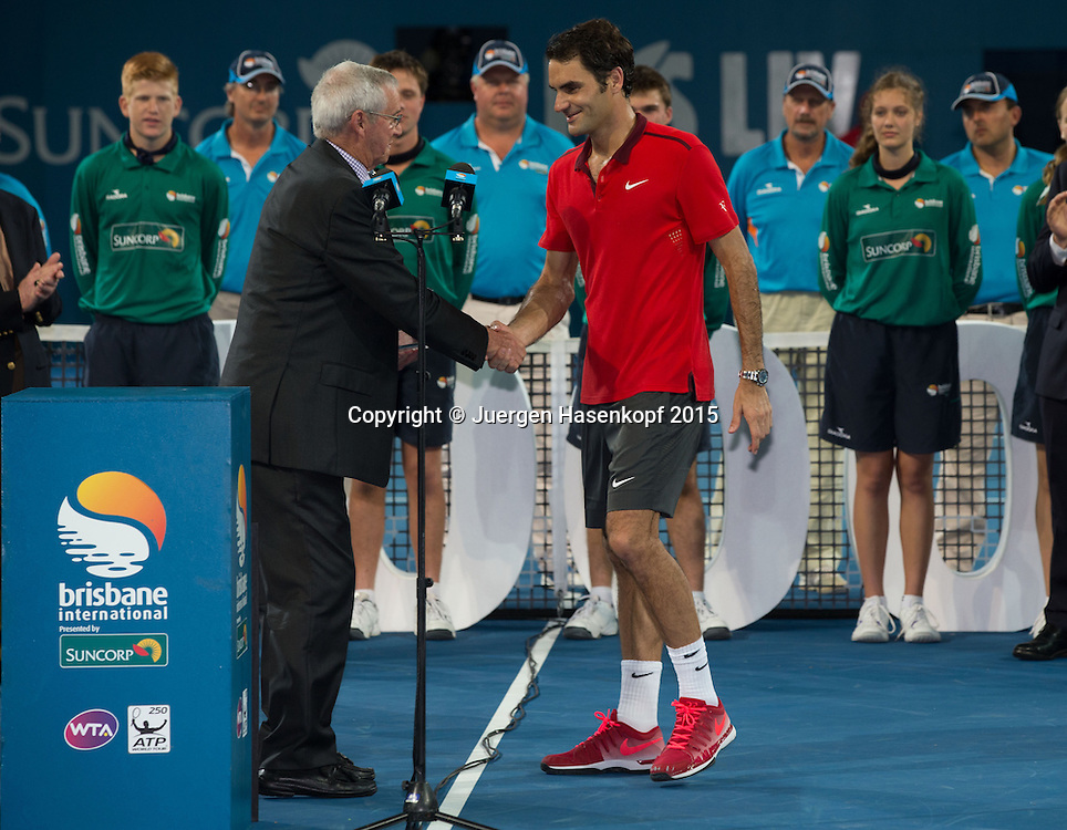 Roger Federer (SUI) Siegerehrung mit Tennis Legende Roy Emerson (AUS).<br />