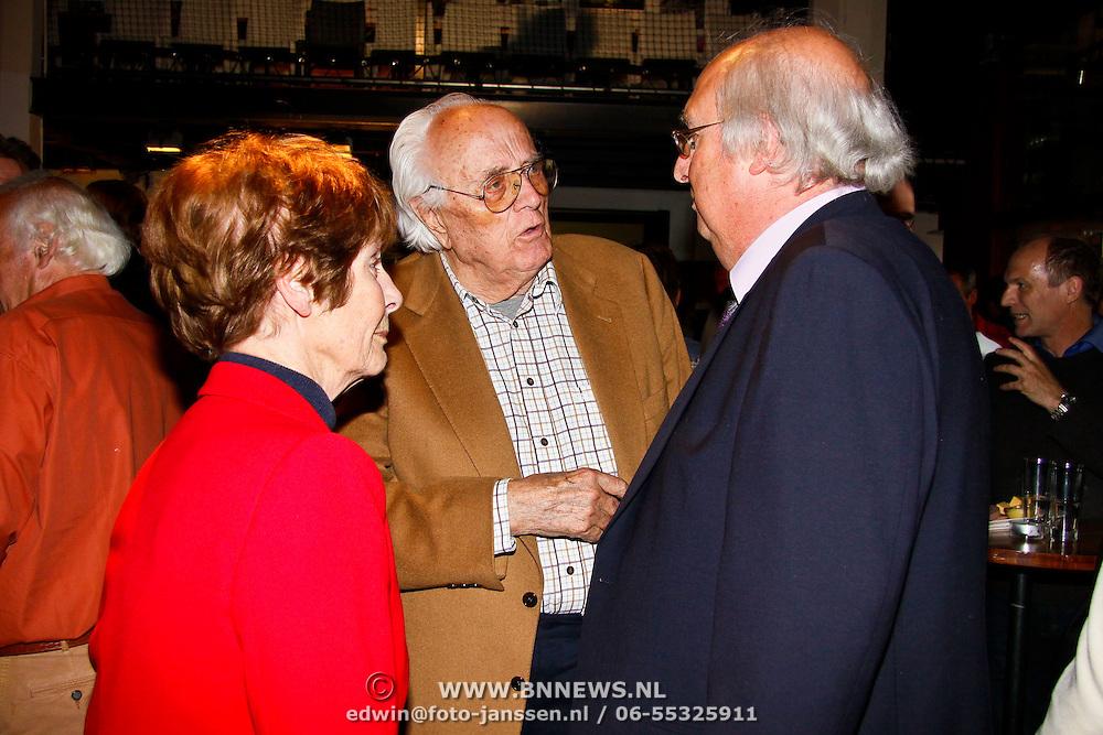 NLD/Amsterdam/20100527 - Uitreiking Zilveren Nipkowschijf 2010, Mies Bouwman en Leen Timp in gesprek met Ad van Liempt
