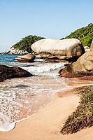 Pedra suspensa no canto direito da Praia da Tainha. Bombinhas, Santa Catarina, Brasil. / Suspended rock on the right side of Tainha Beach. Bombinhas, Santa Catarina, Brazil.