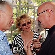 Boekoverhandiging Sjoerd Pleijsier, Rene Soutendijk en man Ted Lenssen in gesprek