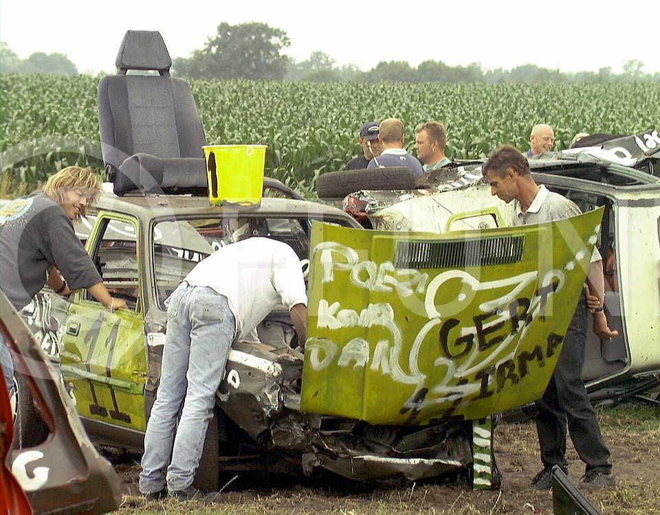 Fotografie Uijlenbroek©1999/Frank Uijlenbroek.990717 oudleusen ned.autorodeo.sleutele aan de kapot gereden auto's in de pauze