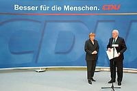 """30 SEP 2003, BERLIN/GERMANY:<br /> Angela Merkel, CDU Bundesvorsitzende, und Roman Herzog, Bundespraesident a.D. und Vorsitzender der Kommission, waehrend der Uebergabe des  Abschlussberichtes des CDU-Kommission """"Soziale Sicherheit"""", CDU Bundesgeschaeftstelle<br /> IMAGE: 20030930-02-004<br /> KEYWORDS: Renten-Kommission, Bundespräsident, Übergabe"""