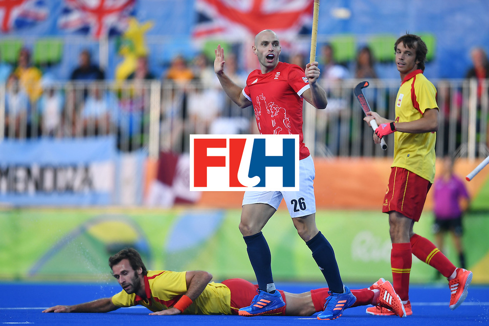 Britain's Nick Catlin (C) reacts after fouling Spain's David Alegre (L) during the mens's field hockey Britain vs Spain match of the Rio 2016 Olympics Games at the Olympic Hockey Centre in Rio de Janeiro on August, 12 2016. / AFP / MANAN VATSYAYANA        (Photo credit should read MANAN VATSYAYANA/AFP/Getty Images)