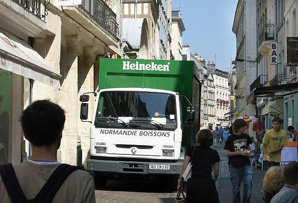 Frankrijk, Rouen, 6-9-2005..Een vrachtwagen van Heineken levert fusten bier af bij een cafe in het centrum van de stad. Multinational, bierbrouwer, biermerk, logo, beeldmerk. Export...Foto: Flip Franssen/Hollandse Hoogte
