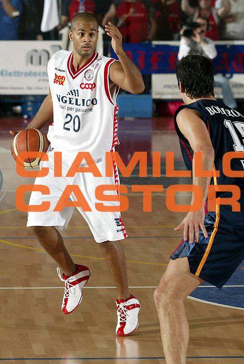 DESCRIZIONE : Biella Lega A1 2005-06 Angelico Biella Lottomatica Virtus Roma<br />GIOCATORE : Smith<br />SQUADRA : Angelico Biella<br />EVENTO : Campionato Lega A1 2005-2006<br />GARA : Angelico Biella Lottomatica Virtus Roma<br />DATA : 20/11/2005<br />CATEGORIA : Palleggio<br />SPORT : Pallacanestro<br />AUTORE : Agenzia Ciamillo-Castoria/S.Ceretti