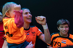 16-12-2018 FRA: Women European Handball Championships bronze medal match, Paris<br /> Romania - Netherlands 20-24, Netherlands takes the bronze medal / Estavana Polman #79 of Netherlands with Damián en Jesslynn