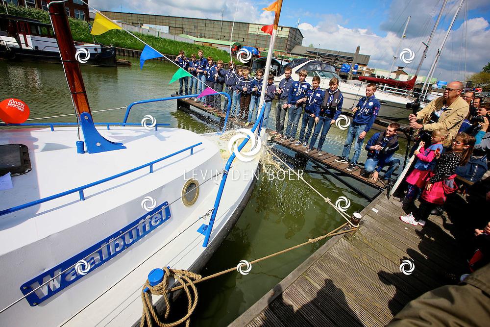 ZALTBOMMEL - In de haven werd het nieuwe schip van de Zeeverkenners onthuld met een ware doop. Het nieuwe schip is genaamd de Waalbuffel. FOTO LEVIN DEN BOER - PERSFOTO.NU