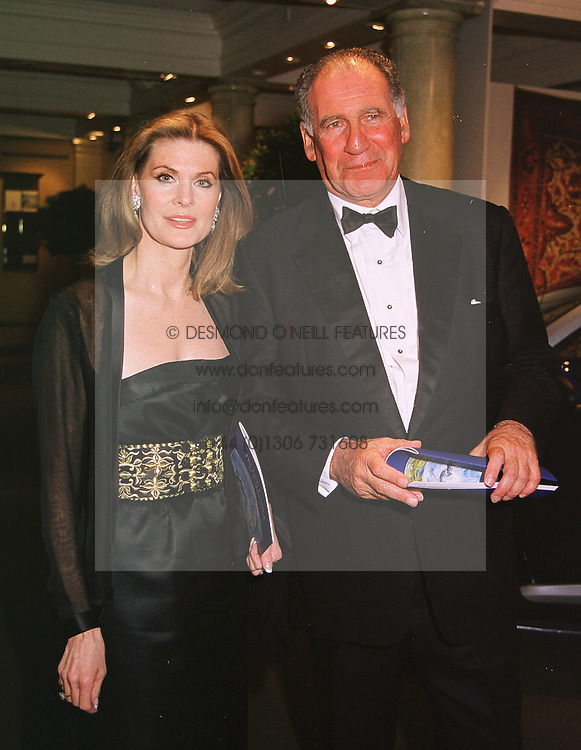 MRS KARI LAI and BARON THIERRY VON ZUYLEN at a dinner in London on 19th May 1999.MSF 25